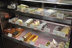 ショーケースには様々なケーキ。抹茶チーズケーキは人気商品です。